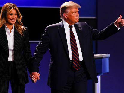 El presidente de EE UU, Donald Trump, junto a su esposa Melania Trump. En vídeo, Trump minimizando el impacto del coronavirus desde el inicio de la pandemia.