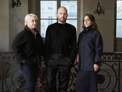 Kim Jones, rodeado por Silvia Venturini Fendi (izquierda) y Delfina Delettrez, responsables de las divisiones de hombre y joyería, respectivamente.