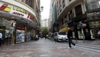 Agencia de viajes y diversas tiendas, en la zona comercial del entorno de las calles San Vicente, Poeta Querol y Barcas, en Valencia. EFE/Archivo