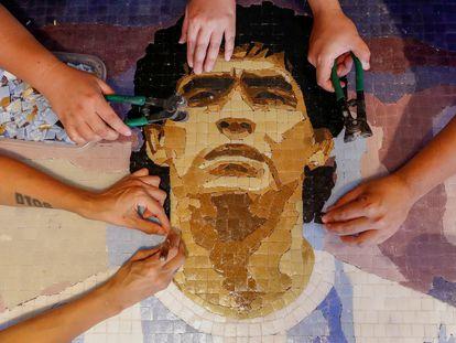 Seguidores de Maradona lo homenajean con un mosaico en Buenos Aires.