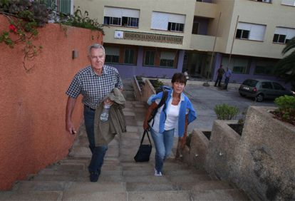 Una pareja de alemanes desalojada abandona la residencia escolar de Valverde tras pasar la noche allí.