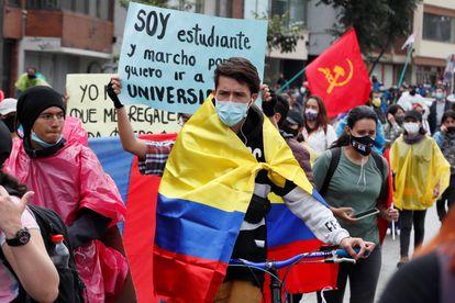 Los manifestantes participan este lunes en otra jornada de protesta contra la violencia policial y las políticas económicas del gobierno de Iván Duque, en Bogotá.