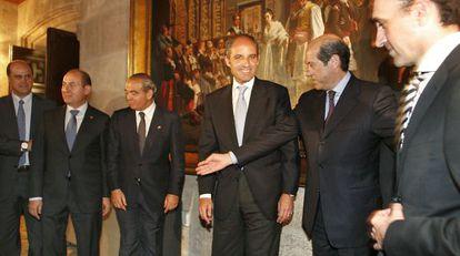 En el centro de la imagen, los expresidentes de la fundación del Valencia CF, de la Generalitat y del club, Társilo Piles, Francisco Camps y Manuel Llorente.