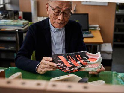 Omori, el diseñador de Adidas, con las Adizero Pro.