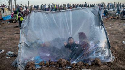 Refugiados sirios, en el paso griego de Pazarkule, junto a la frontera turca, el pasado 3 de marzo.