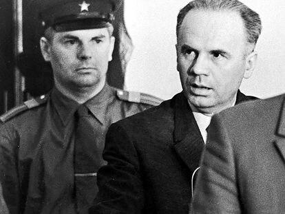 El espía soviético Oleg Penkovski  escucha su sentencia de muerte tras ser descubierto como agente doble.