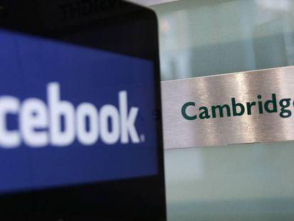Un ordenador muestra el logo de Facebook a las puertas de las oficinas de Cambridge Analytica.