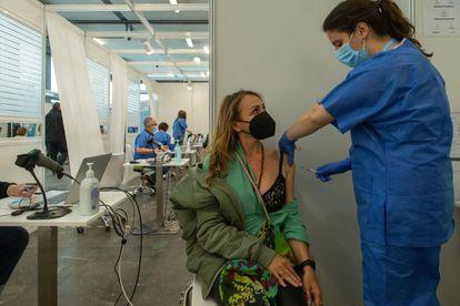 Una enfermera vacuna a una mujer en el centro de vacunación de Fira de Barcelona