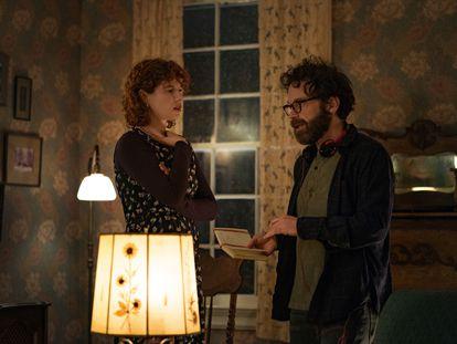 La actriz Jessie Buckley atiende las explicaciones de Charlie Kaufman en el rodaje de 'Estoy pensando en dejarlo'.