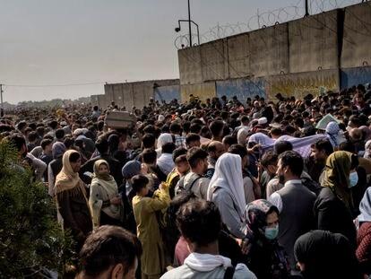 Millares de afganos esperan en los alrededores del aeropuerto de Kabul.