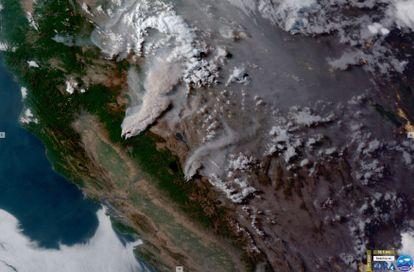 Una imagen satelital muestra el humo provocado por los incendios Dixie y Tamarack al norte de California.