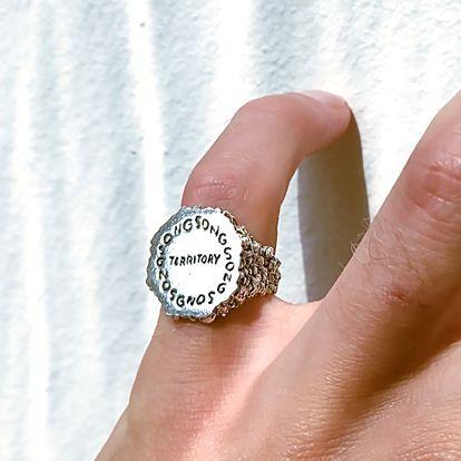 """Un anillo de plata de la colección de joyas del proyecto Doubt. """"Lo que me interesaba es explorar la forma en que palabras y dibujos pueden incrustarse en una joya"""", dice Pallasvuo."""