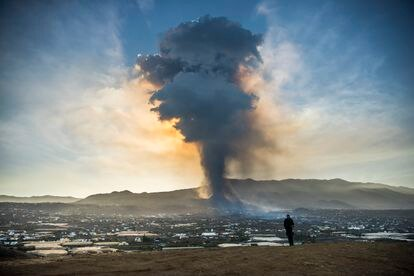 Nube del volcán de Cumbre Vieja, en La Palma, este jueves.