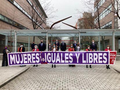 Diputados del PSOE se manifiestan en la Asamblea por el 8-M.