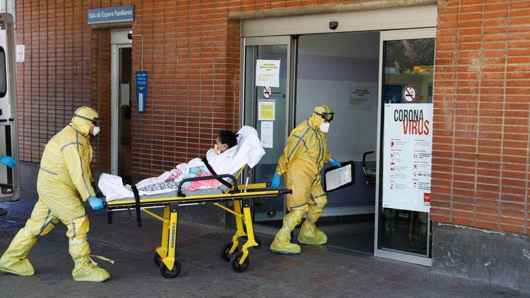 Dos sanitarios trasladan a una paciente al Hospital Severo Ochoa de Leganés