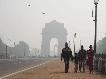 La bruma rodea al India Gate, el monumento más famoso de Nueva Delhi, casi todas las mañanas.