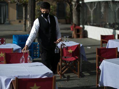 Un camarero, esta semana, en un restaurante de Barcelona.