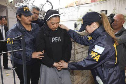 La monja Kumiko Kosaka ingresa a los tribunales de Mendoza donde fue interrogada en una causa por abuso de menores.