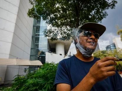 Un activista a favor de la legalización fuma marihuana en el plantón instalado afuera del Senado de la República.