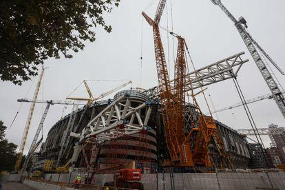 Grúas de gran tonelaje operando en la reforma del estadio Santiago Bernabéu.