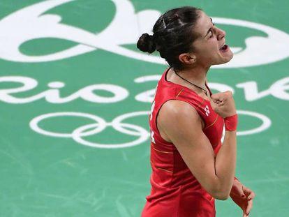 Carolina Marín celebra su victoria.