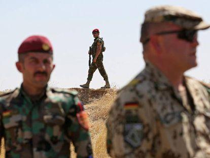 Un soldado alemán, acompañado de militares en el Kurdistán iraquí, el pasado 21 de agosto. En vídeo, declaraciones del portavoz del Gobierno alemán, Steffen Seibert.