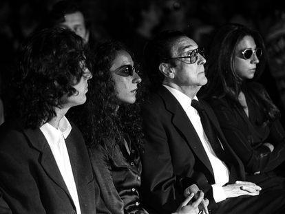 """Antonio González, """"El Pescadilla"""", Lolita y Rosario Flores, durante el funeral por Lola Flores."""