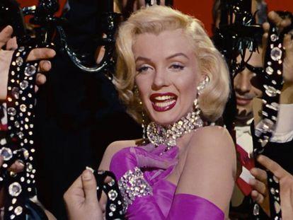 Marilyn Monroe dejó bien claro en la película 'Los caballeros las prefieren rubias' (1955) qué debería regarlar un hombre en cuestión de joyas.