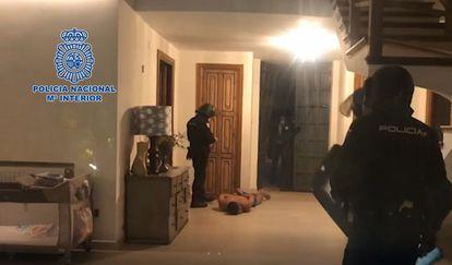 Momento de la detención del narcotraficante en su vivienda de Marbella.