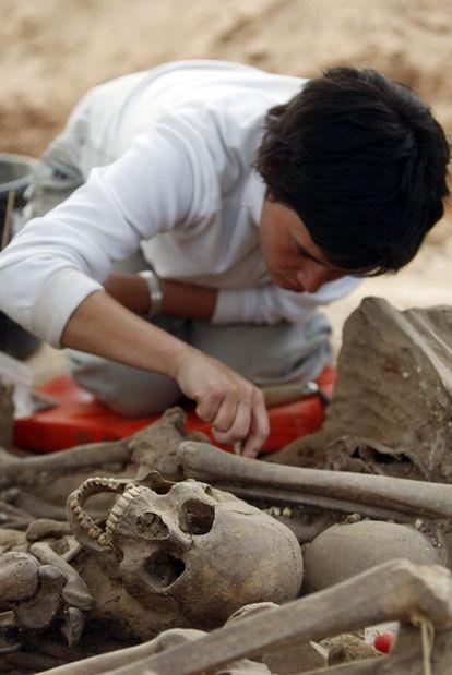 Excavación en 2007 de una fosa en La Andaya (Burgos) con cuerpos de fusilados en la Guerra Civil.