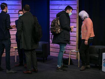 Pere Aragonès  y Dolors Sabater junto con asesores y el periodista Pablo Tallón en el debate de la cadena SER.