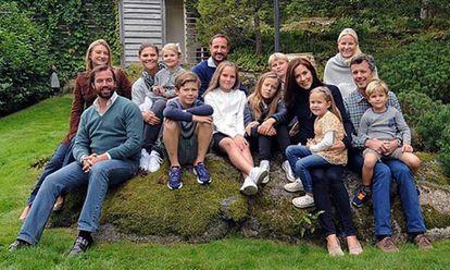 De izquierda a derecha: los príncipes de Luxemburgo, Guillermo y Stephanie; Victoria de Suecia con su hija Stelle sobre las rodillas; Haakon y su mujer Mette-Marit (a la derecha del todo) con sus hijos y a la derecha, Federico y Mary de Dinamarca.