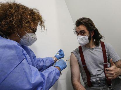 Kevin, de 21 años, recibe una dosis de la vacuna de AstraZeneca este jueves en Roma.