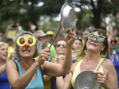Milhares de pessoas, em dezenas de cidades do Brasil, foram às ruas para pedir a destituição da presidenta, Dilma Rousseff. Na imagem, manifestantes protestam em Belo Horizonte.