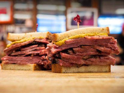 Pastrami, el 'hit' culinario judío que tarda 16 horas en ahumarse