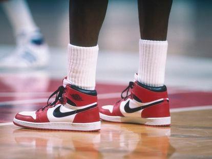 Detalle de las zapatillas Air Jordan, de Nike, que Michael Jordan llevaba durante un partido de los Chicago Bulls contra los Washington Bullets en Washington en 1985.