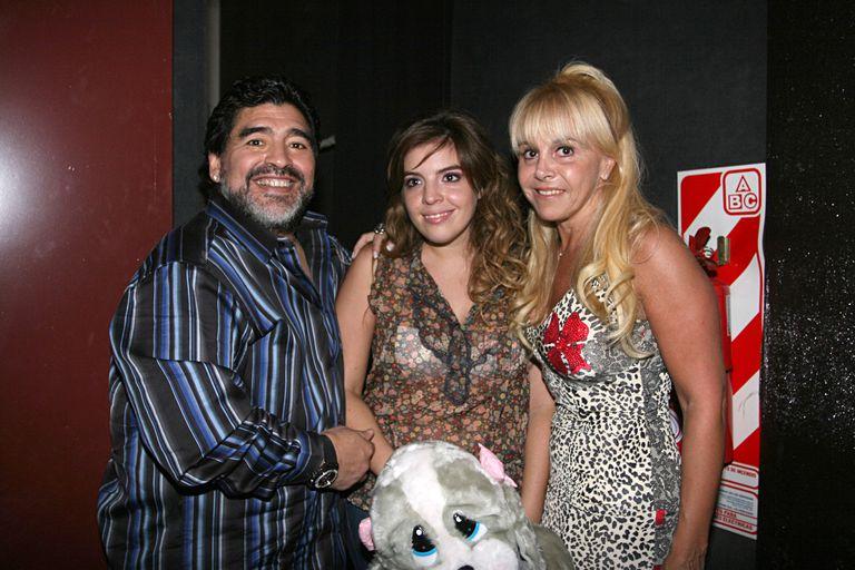 Diego Armando Mardona, junto a su hija Dalma y su entonces esposa, Claudia Villafañe, en Buenos Aires en 2010.