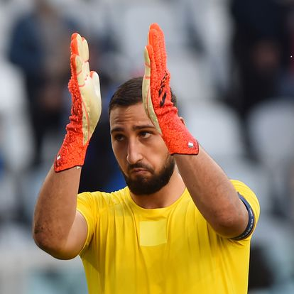 Soccer Football - Nations League - Third-Place Playoff - Italy v Belgium - Allianz Stadium, Turin, Italy - October 10, 2021 Italy's Gianluigi Donnarumma applauds fans after the match REUTERS/Massimo Pinca