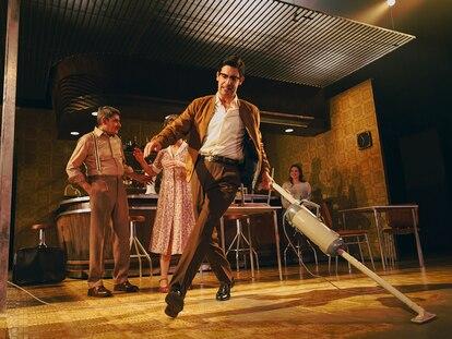 Una escena de 'El bar que se tragó a todos los españoles', obra escrita y dirigida por Alfredo Sanzol, que se repondrá en el CDN la próxima temporada.