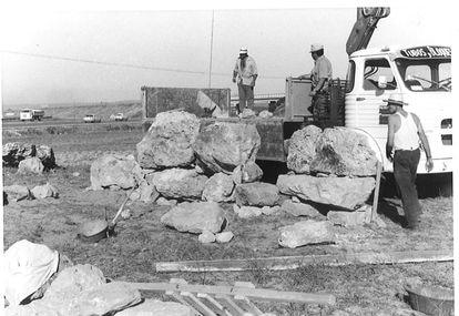 Unos trabajadores cargan las piedras del santuario talayótico en Son Oms a finales de los sesenta.
