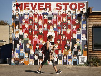 Mural que recuerda la necesidad de llevar mascarilla en Los Ángeles.