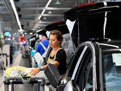 Trabajadora de Volkswagen en Zwickau, Alemania, en la cadena de montaje de modelos eléctricos, el pasado mes de septiembre.