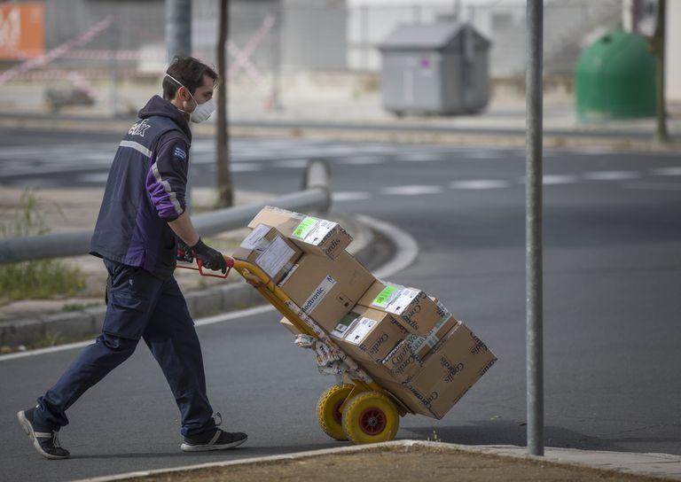 Un trabajador de una empresa de reparto durante el sexto día de confinamiento por coronavirus.