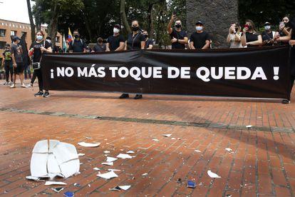 Integrantes de la industria del entretenimiento protestan en Medellín contra las medidas para prevenir el coronavirus.