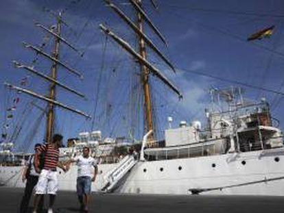 Imagen disponible el 14 de octubre del 2012 de la tripulación de la fragata argentina Libertad en el puerto Tema de Ghana. EFE/Archivo
