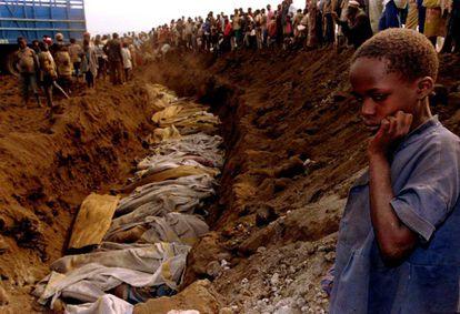 Una niña ruandesa ante una fosa común donde decenas de cadáveres van a ser sepultados, el 20 de julio de 1994.