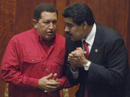 El presidente de Venezuela, Hugo Chavez (izquierda), habla con el canciller Nicolás Maduro.