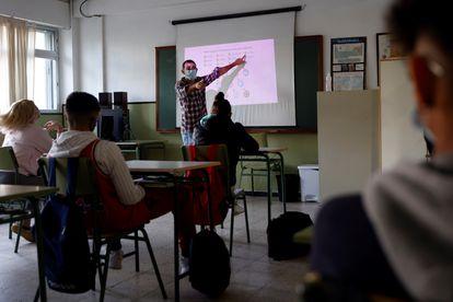 Los alumnos atienden las explicaciones del profesor en un aula del IES Gaspar Melchor de Jovellanos en Fuenlabrada (Madrid), el pasado mes de octubre.