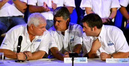 El presidente de Panamá, Ricardo Martinelli (izquierda), habla con los ministros José Raúl Mulino (centro), y Demetrio Papadimitriu (derecha), en mayo de 2009, en Ciudad de Panamá.
