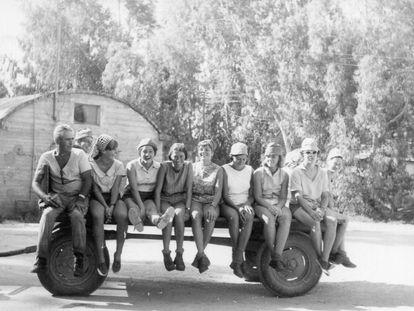 Carme Soler y otros amigos catalanes posan subidos al carro de un kibutz cercano a Rahat, Israel.